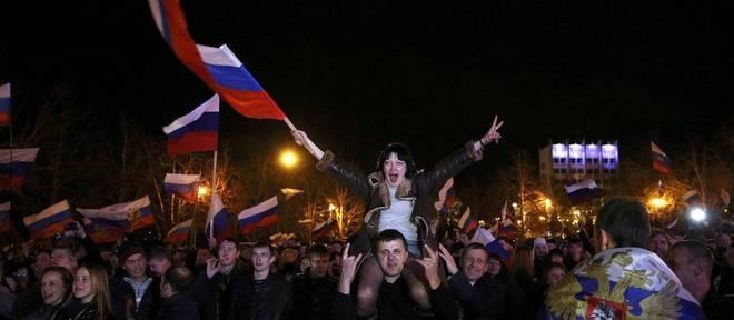 Habitantes da Crimeia comemoraram resultado do referendo de domingo (16) na praça de Lênin de Simferopol
