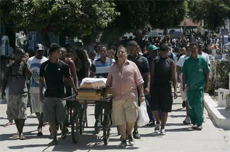 O clima era de revolta no enterro de Claudia Silva Ferreira