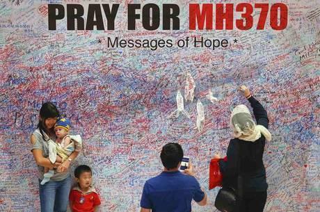 Pessoas deixam recados de apoio para as famílias dos passageiros e tripulantes do voo MH-370