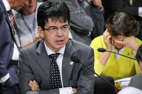 """Assessoria de Randolfe afirma que a declaração de Rocha é """"falsa, descabida, caluniosa e irresponsável"""""""