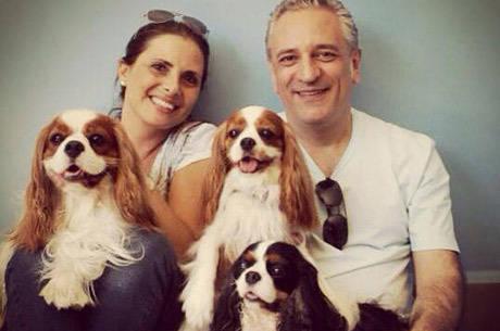 A família Moliterno posa com seus três cachorros