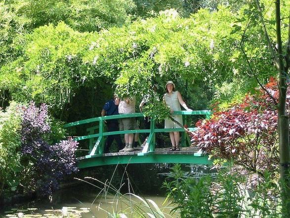A famosa ponte francesa Bridge in Monet's gardens aparece em muitos filmes hollywoodianos e está no Jardim de Monet -fondation-monet.com/en