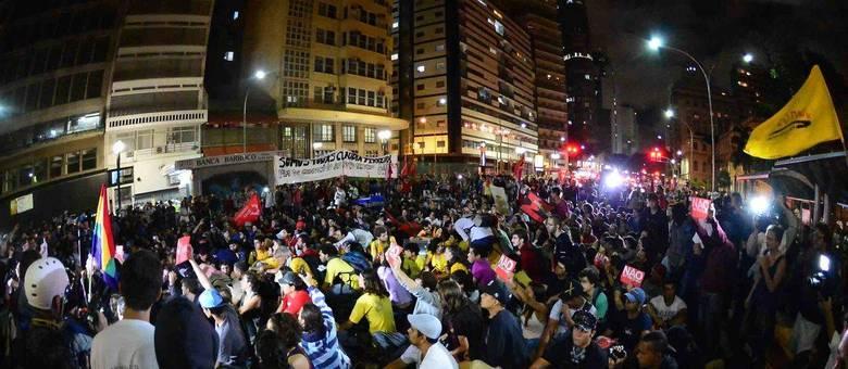 Protesto reuniu cerca de 1.000 pessoas e terminou pacificamente na praça da República, centro da capital