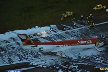 Bombeiros fizeram primeiros procedimentos de segurança para o desembarque dos passageiros