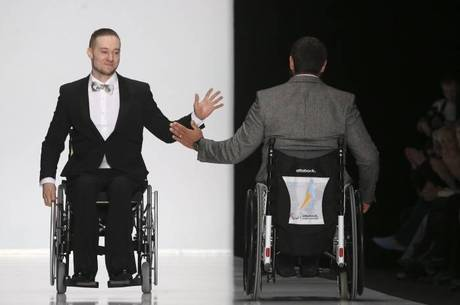 Modelos com deficiência física apresentam criações em cadeiras de rodas durante o Moda Sem Fronteiras