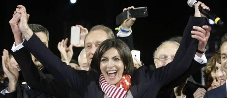 Anne Hidalgo, recém-eleita prefeita de Paris, celebra o resultado do segundo turno das eleições municipais. Ela será a primeira prefeita mulher da capital francesa