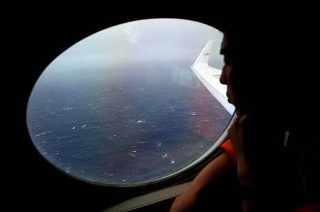 Países continuam na busca pelos destroços do avião