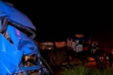 Frente do caminhão atingido ficou destruída