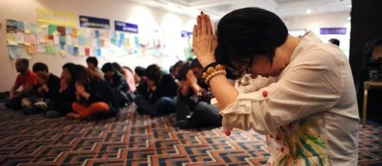 Chineses rezam em Pequim na esperança de avião ainda possa ser encontrado