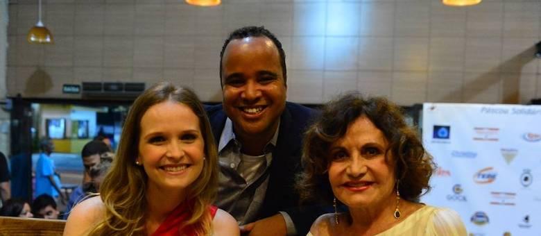 Homenageados com o Prêmio Inspiração do Amanhã: as atrizes Fernanda Rodrigues (à esq.) e Rosamaria Murtinho posam com o jornalista do R7 Miguel Arcanjo Prado no Teatro Bibi Ferreira, em São Paulo
