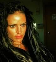 78651015cc14 Mulher de topless invade loja de fast food e causa quebra-quebra ...