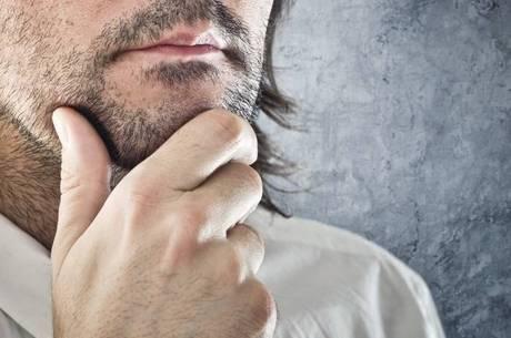 É recomendável manter o hábito de escovar as barbas mais cheias para eliminar os pelos mortos