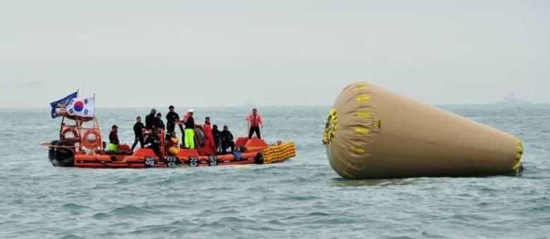 Equipes de resgate procuram desaparecidos perto de boia instalada para marcar o lugar em que está o navio afundado