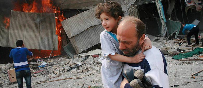 Homem carrega menina após ataque das tropas leais a Assad a bairro de Aleppo