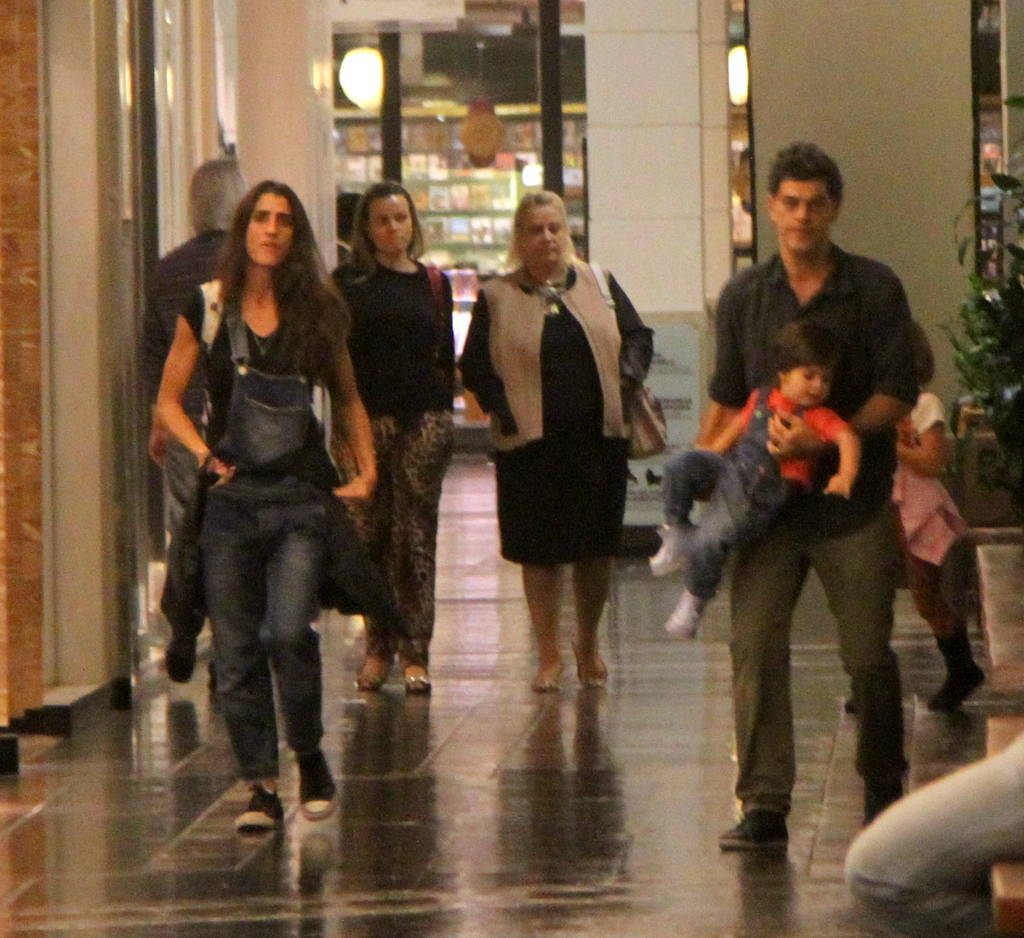 Cynthia Howlett. Foto do site da Entretenimento R7 que mostra Após boatos de separação, Eduardo Moscovis e Cynthia Howlett curtem noite carioca sozinhos