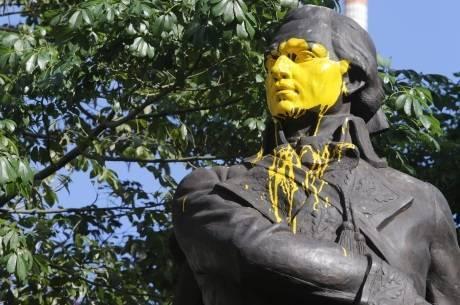 Estátua do herói Francisco de Miranda foi pintada de amarelo