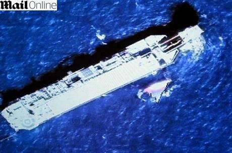 A imagem mostra os destroços com possíveis cores da empresa Malaysia Airlines