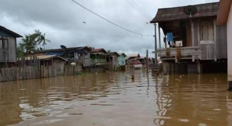 Após cheia dos rios Negro e Solimões, milhares estão desabrigados no Amazonas
