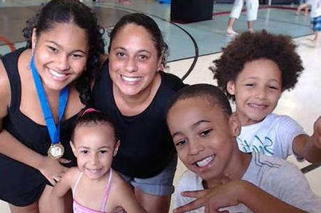 Thaise Fernanda Anunciação com seus quatro filhos (da esquerda para a direita): Melissa, Julia, Ruan e Igor