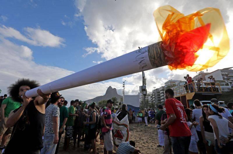 Marcha pede legalização da maconha; quatro manifestantes que iam a Ipanema são detidos