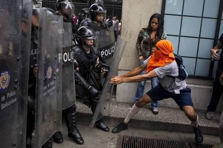 Segundo informações, manifestantes foram presos no local