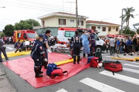 Bombeiros fazem o resgate em academia após explosão