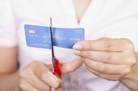 Se achar que está havendo um desequilíbrio, tem que parar de usar o cartão de crédito