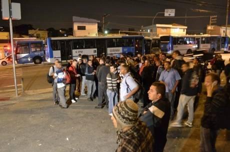 Greve paralisa ônibus em São Paulo, na manhã desta quarta-feira