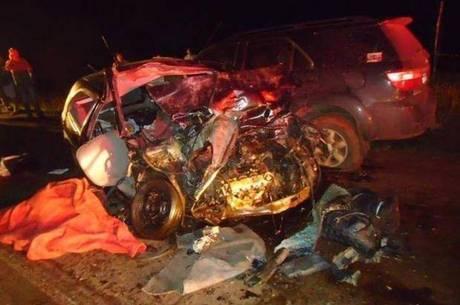 Carro ficou completamente destruído após batida