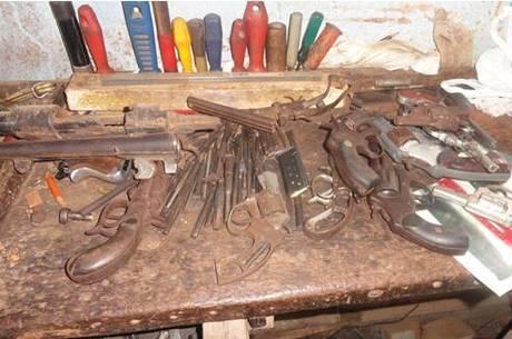 Pol cia apreende mais de 56 armas de fogo em oficina for Oficina armas