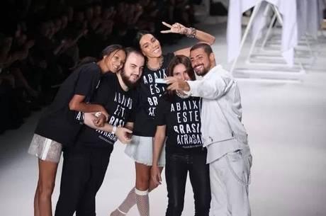 Cauã Reymond faz selfie com os responsáveis pela Ellus