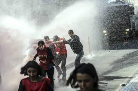 Na Turquia (foto), polícia dispersa manifestantes com jatos de água