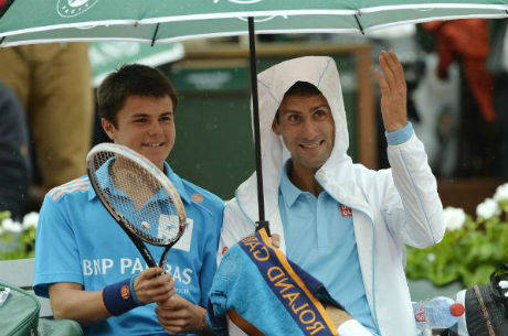 0a8454c8a9 Tenista chama boleiro que segurava guarda-chuva para sentar ao lado dele e  tomar uma bebida