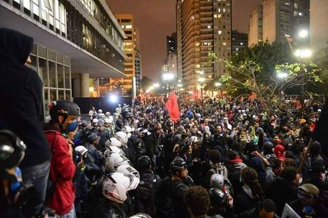 Manifestantes e policiais durante protesto na avenida Paulista