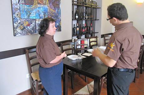 Funcionários trabalham na cozinha, como garçons ou na fabricação de doces