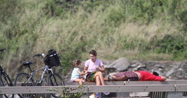 mulheres mijando jornal noticias relax