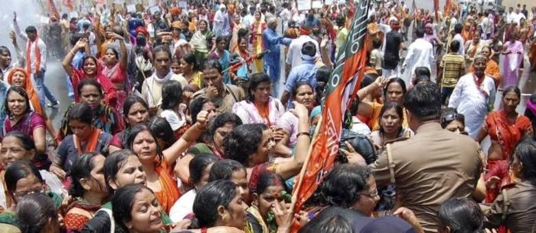 Mulheres indianas saíram às ruas para pedir maior atuação da polícia na região