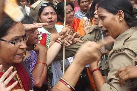 Manifestantes e polícias entraram em confronto nas proximidades do local onde o o estupro ocorreu. Indianas culpam a falta de atenção dada pelas forças de segurança pela onda de estupros