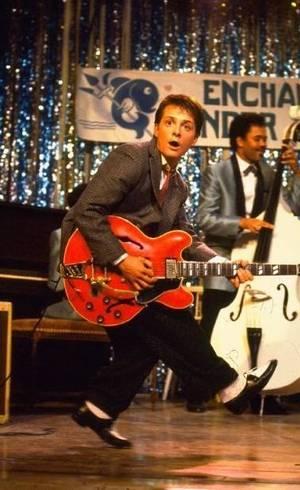 Marty toca guitarra nos anos 50