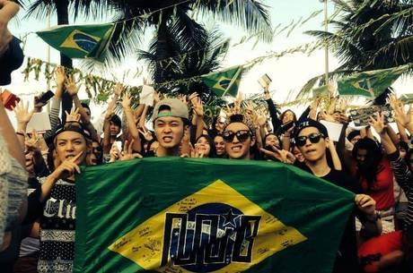 Membros da M.I.B rodeados de fãs no Rio de Janeiro