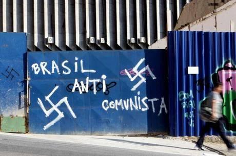 Considerado crime, o neonazismo publica símbolos, emblemas, ornamentos, distintivos ou propaganda da suástica