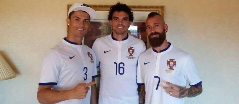 e8345442d Cristiano Ronaldo com a 3  Portugueses trocam de camisas antes da ...