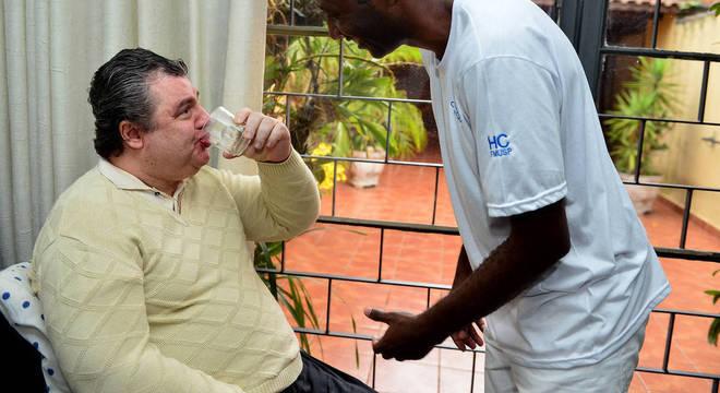 Brenner com um dos cuidadores