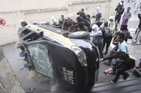 Polícia reconheceu uma das garotas na depredação a viatura na sede do Detran