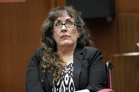 """O juiz disse que a acusada teve uma """"extraordinária insensibilidade"""" ao tentar se livrar do homem, em vez de parar o carro para socorrê-lo"""