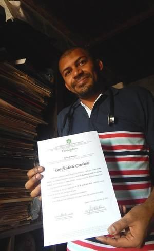 Cícero Pereira Batista hoje ostenta com orgulho o certificado de conclusão do curso de medicina ao lado dos livros e vinis que encontrou no lixo