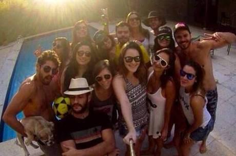 Bruna Zanatta (na primeiria fila, a segunda da direita para a esquerda), a autora do evento, e amigas e amigos confirmaram presença na festa que vai receber Harry como convidado ilustre