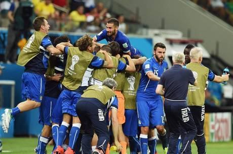 Jogadores da Itália comemoram o gol de Balotelli