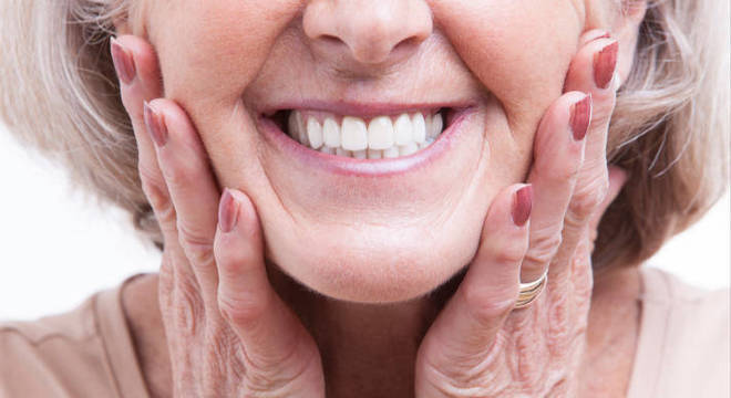 A perda de dentes na terceira idade pode comprometer a fala e a mastigação