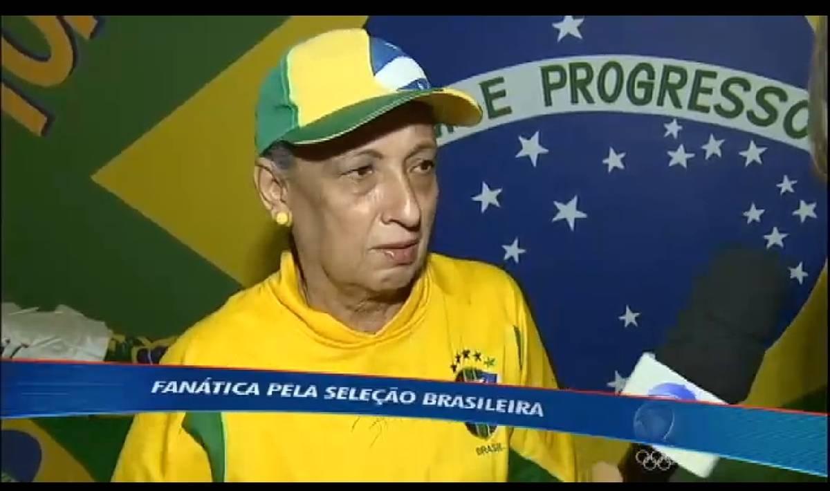 Torcedora fanática pela seleção brasileira espera o time em Brasília